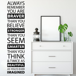 "Wallsticker med teksten ""always remember you are braver..."". Flot wallstickers med engelsk tekst"