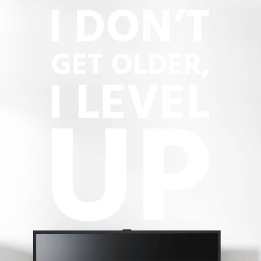 "Gamer wallsticker med teksten ""I don't get older, i level up"". Sej wallstickers til børneværelset"