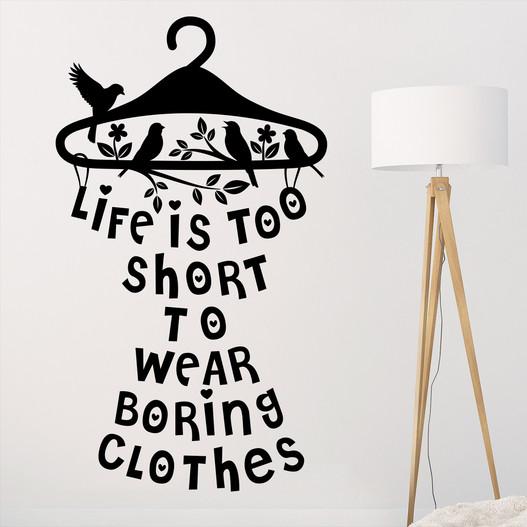 """Wallsticker med teksten """"Life is too short to wear boring clothes"""". Flot wallstickers til soveværelset."""