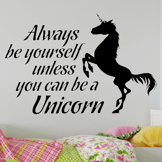 """Wallsticker med teksten """"Always be yourself, unless you can be a unicorn"""". Flot wallstickers med en enhjørning tilpigeværelset."""